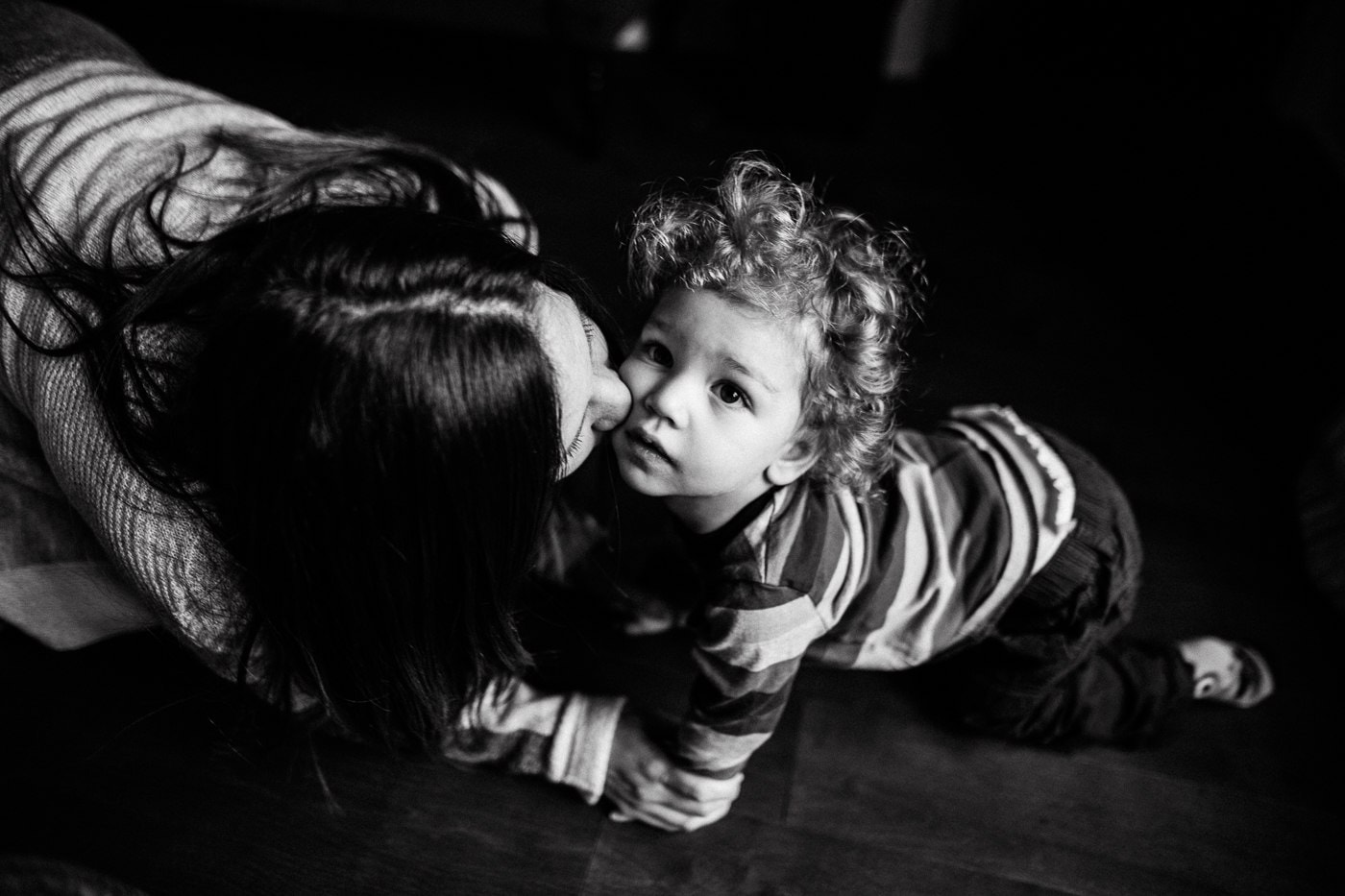 mom kissing toddler montreal newborn baby photographer photographe bébé famille