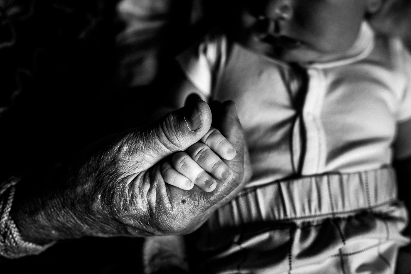 grandparent holding baby's hand montreal newborn baby photographer photographe bébé famille